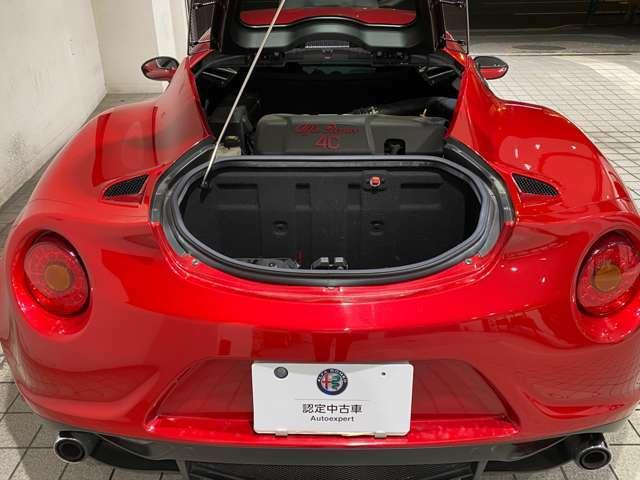 1750ccマルチエアエンジンは、240馬力。4Cの車重の軽さも相まって、瞬発力のある加速力を生み出します。