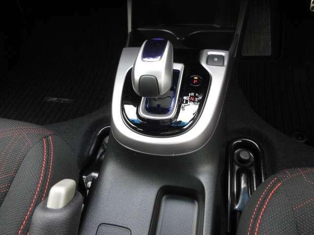 ハイブリッド車特有の小型セレクトノブは軽いタッチでスマートに操作できますよ。