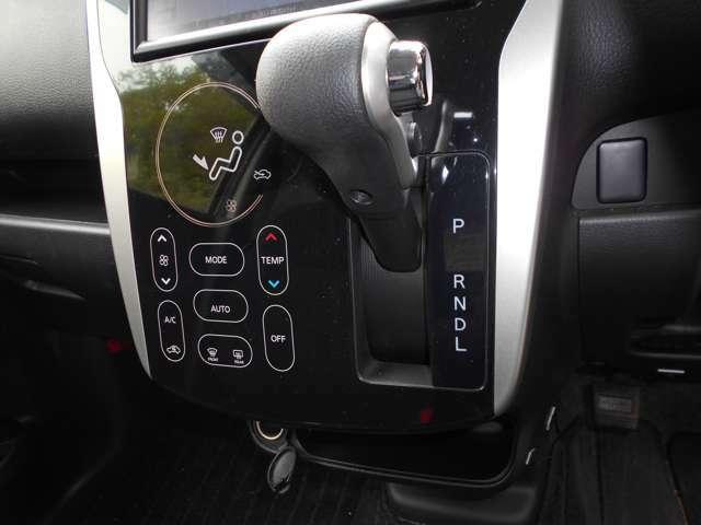 空調はオートエアコンで快適です♪ タッチパネル式でスムーズな操作が可能です。