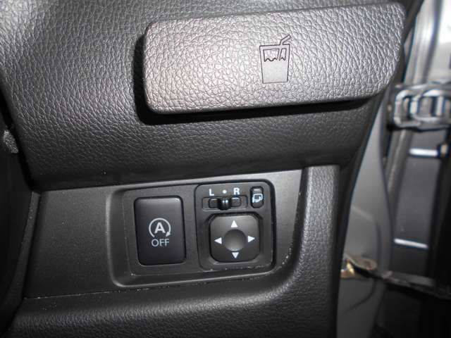 アイドリングストップ装備で無駄な燃料をカット! スイッチ上部には収納式のカップホルダーを装備。