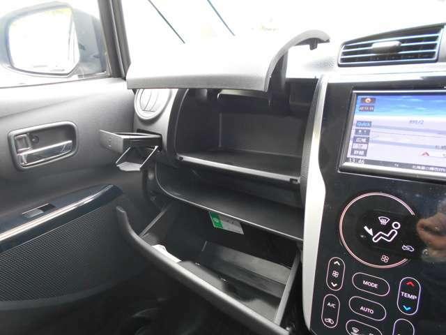2段式のグローブボックスと収納式のカップホルダー (カップホルダーは運転席側にもございます。)