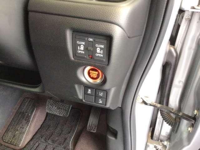 横滑りを防止するVSAのスイッチは運転席の右側、手の届きやすい位置にあります。