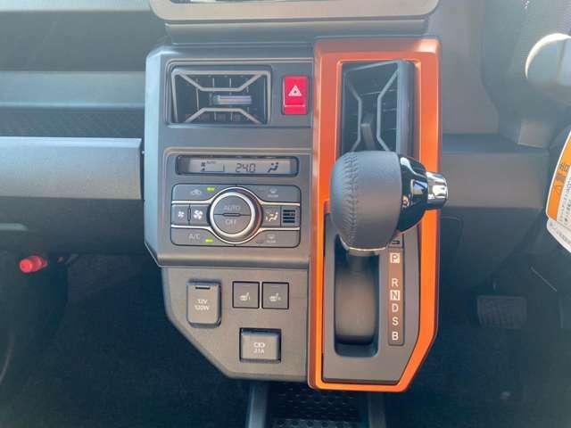 【フロントデュアルオートエアコン】温度設定をするだけで、風の温度・風量・吹き出し口を勝手に決めてくれるスグレモノ!車内を簡単に快適にしましょう♪加えて、運転席と助手席それぞれで温度設定ができるんです♪