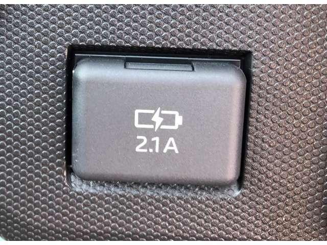 【USBポート】スマホ等の充電もシガーからの変換なしで便利です♪