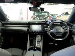 『i-cockpit』 革新的なデザイン性と直感的な操作性を追及したインテリア。
