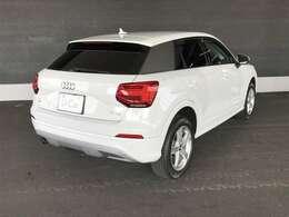 リヤビューカメラとバンパーに内蔵されたセンサーによって駐車時の補助をおこないます。