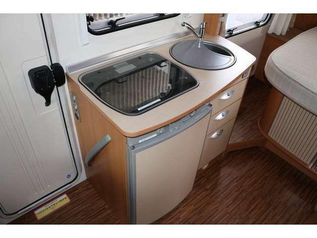 キッチン装備も充実☆シンク コンロ3バーナー 冷蔵庫 温水ボイラー