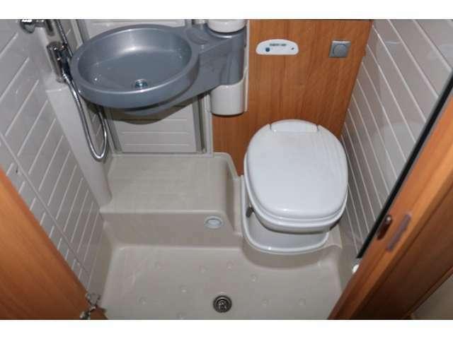トイレ、シャワールーム完備☆トイレはカセット式になります☆
