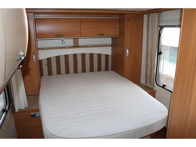 ホテルの一室を思わせるリアの常設ベッド☆ベッド周りには通路もあり収納棚もございます☆