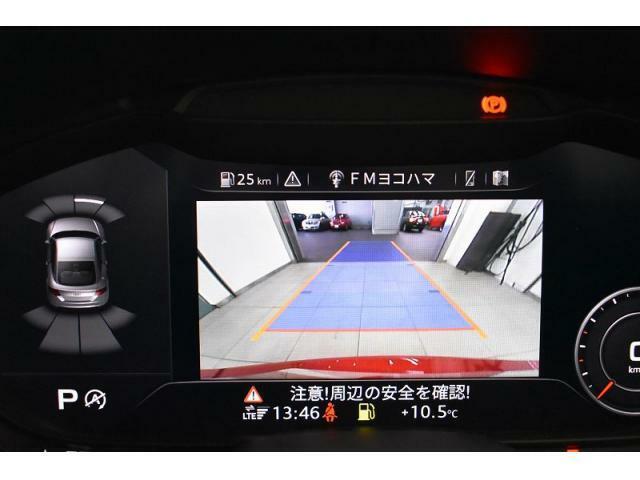 ●リアビューカメラ『入車経路を算出し、ガイドラインと補助線をディスプレイに表示します。同時にバンパーに内蔵のセンサーが障害物を感知し音で注意を促します。後方の死角も安心して頂けます。
