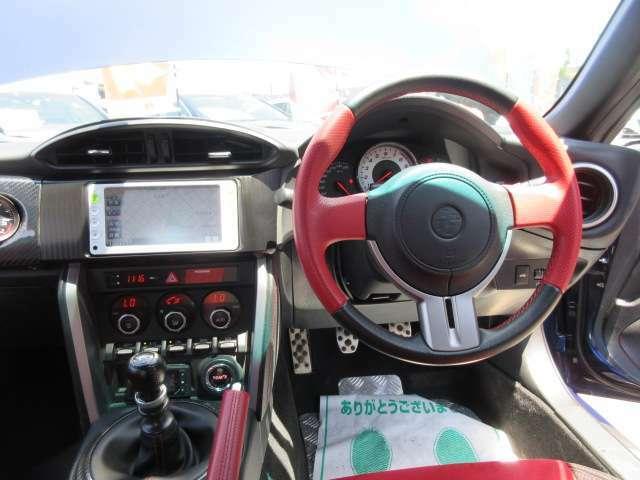 ステアリング回りもとても綺麗なコンディションが保たれております♪ 専用レッドXブラックカラーの革巻きステアリングでグリップ感もよくドライブをサポートしてくれます♪