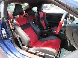 専用インテリア&専用ブラックXレッドカラースポーツシート搭載♪ ホールド性も高く、スポーツ走行も楽しむことが出来ます♪