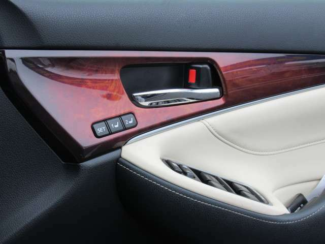 運転席ポジションメモリー機能のスイッチになります。スイッチにてシートの位置を記憶致します。