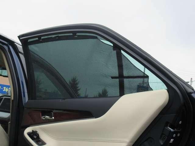 リアドアサンシェイド。サイドからの日射を防ぐとともに、後席のプライバシーも保護してくれます。