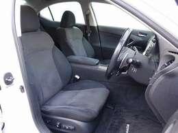 運転席、助手席は電動にて調整可能なパワーシートにシートメモリー機能完備。各シートは切れや擦れなども無く大変綺麗な状態となります。ご希望に応じて専用シートカバーのお取り付けもお得なん金額にて可能です