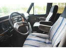 キャプテンシートは4座とも回転台座がついてます。