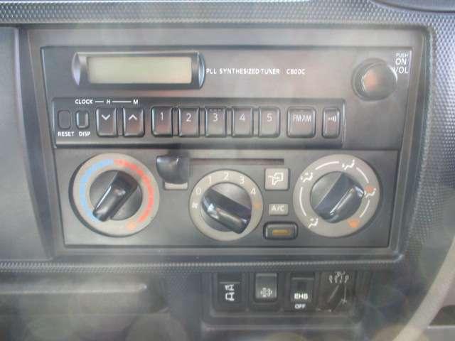 AM/FMラジオ付!操作も簡単マニュアルエアコン付きでキャビン内も快適!
