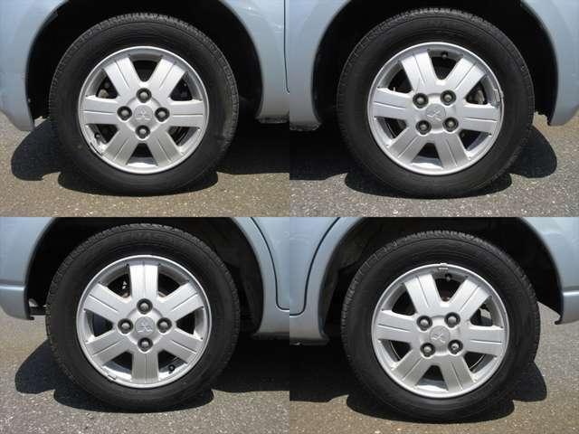純正アルミホイールが装着されています。タイヤブランドは、ダンロップです。タイヤサイズは、155/65R13です。残り溝はフロントが6mm、リアが6mmです。