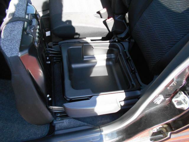 助手席の座席の下にはちょっとした収納ができます!車の中を掃除するのに使う小道具などをいれておいてもいいかもですね!
