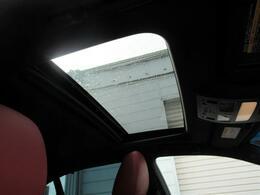 サンルーフが装備されていますので開放感溢れる車内をお楽しみ下さい。
