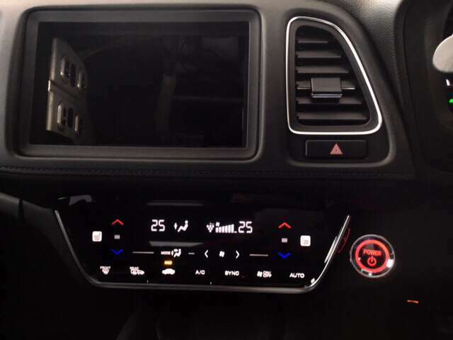 エアコンはオートエアコンです。シートヒーターも装備しています。