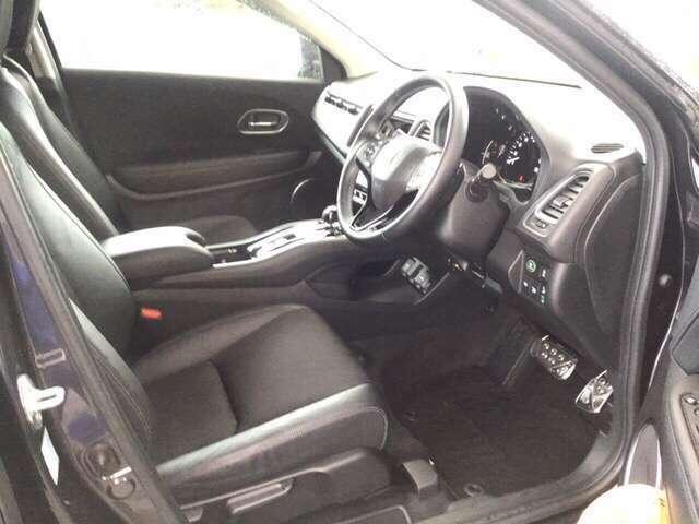 フロントは広々セパレートシート、運転席は、高さを調整できるハイトアジャスター付きです。