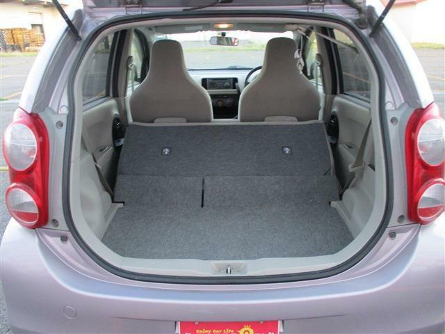 後部座席を倒すと広々スペースができます。