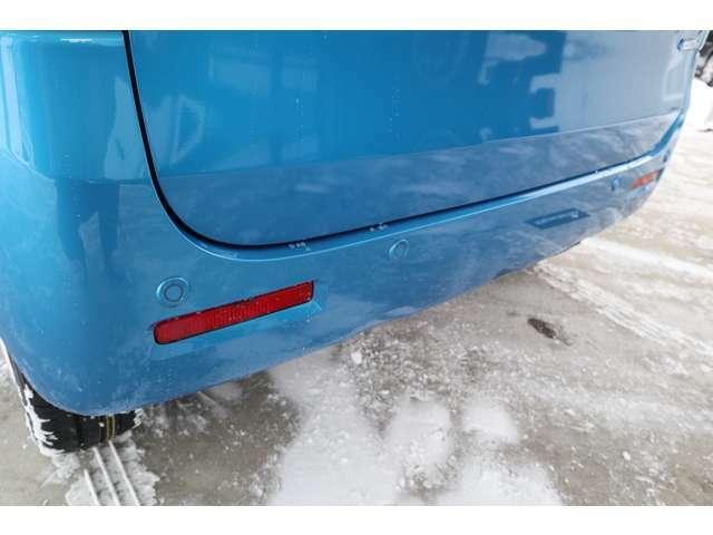 リアバンパーに内蔵した4っの超音波センサーで後方にある障害物を検知、透明なガラスも検知できコンビニの駐車場などでの衝突回避をサポート