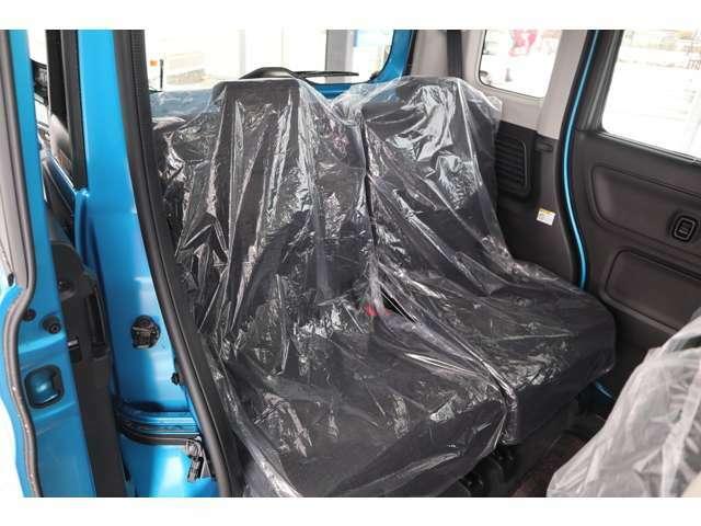 後席の足元に温風を送り込むリアヒーターダクトも装備