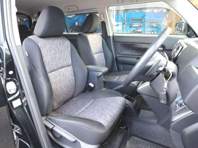 フロントシート シートリフター付で高さ調整出来ます! 汚れ目の目立たない黒系シートです! シートキレイ車内キレイですよ! 禁煙車です! タバコ臭無し! オゾン発生器にて除菌・消臭済!
