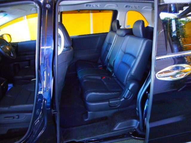 豪華なブラック本革内装の8人乗りシートです。LEDウェルカムライト付パワースライドドア。