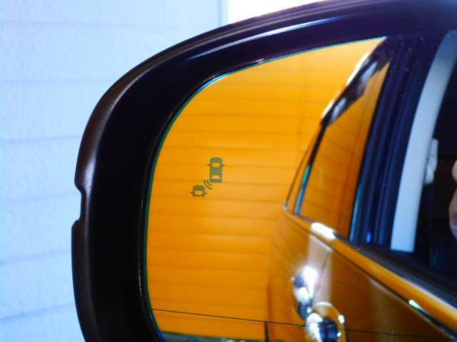 ブラインドスポットインフォメーション&後退出庫サポートシステム。走行中、並走する後続車を検知。また、車庫からバックで出庫する際、左右から近づく車両を検知します。(EXグレード専用オプション)
