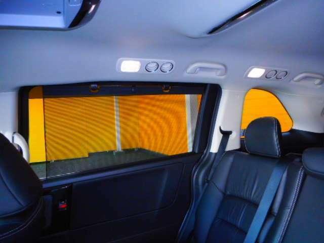 LEDルームランプ、スライドドアロールサンシェイド、後席エアコンも快適なオートエアコンです。(トリプルゾーンコントロールフルオートエアコン)