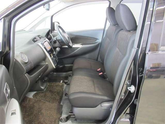 インパネシフトにすることで、運転席と助手席がベンチ式になっています。カバンや荷物も置けて便利ですね♪
