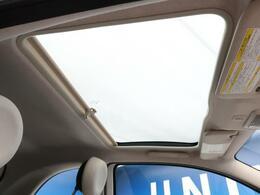 ●ガラスルーフ:車内を明るく演出してくれるガラスルーフによって、コンパクトなお車でも開放的な空間をお楽しみいただけます。
