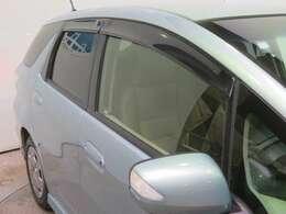 車内の空気の入れ替えに役立つドアバイザー付きです