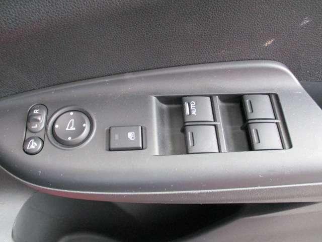 ★電動格納式ドアミラー★ドアミラーの折り畳みはもちろん、ミラーの調整もボタンで合わせられます!