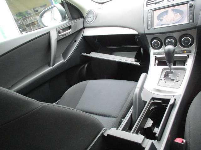 フロントシート周辺には小物を保管できるスペースがたくさんあります!収納スペースが多いと便利です!