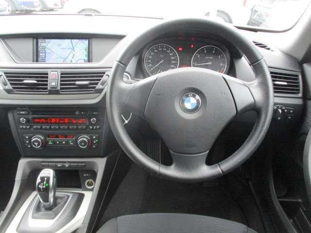 運転席まわりです。洗練されたデザインが特徴のインテリアに仕上がっています。