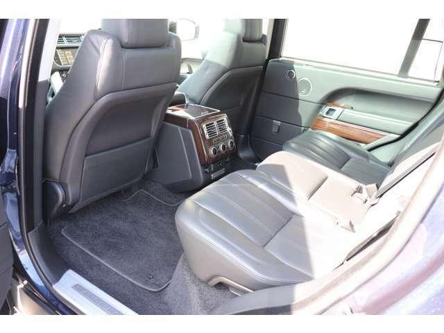 リアシートにもシートヒーター完備。ロイヤルワラントの称号を持つに相応しい空間となります。