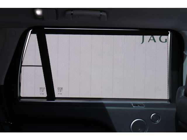 リアシートにはドアウィンドウ用サンブラインドが装備されていますので、プライバシーも向上されています。