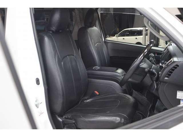 画像は運転席です。黒革調シートカバー装備で高級感が有ります!シートカバーの下は純正ハーフレザーシートです。