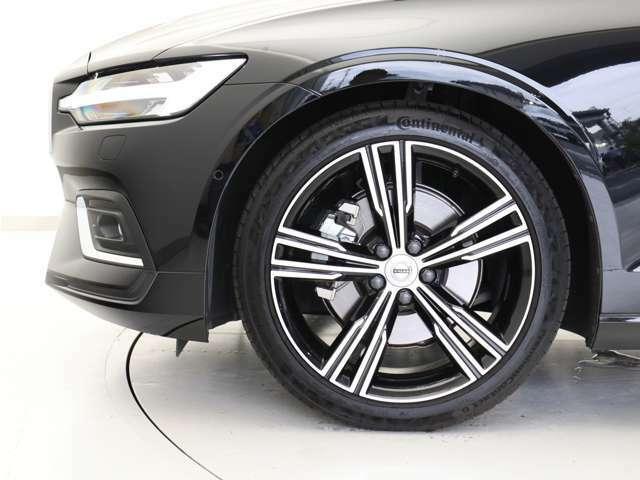 ダイヤモンドカット/ブラックの19インチ5ダブルスポークアルミホイール。勿論インテリセーフ標準装備により、歩行者検知機能付フルオートブレーキをはじめとする革新的安全装置を標準搭載。