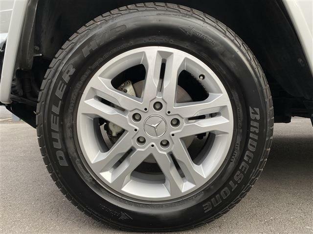 純正18インチアルミホイール。タイヤも8分残っており当面の間安心して走行可能です。また今回ご成約頂きますとメルセデス純正18インチホイール&スタッドレスタイヤのセットもお付け致します。
