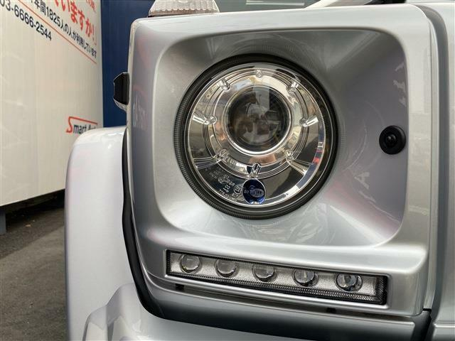 ヘッドライトは保管状況のバロメーター!劣化でくもりがちなヘッドライトレンズも透明感のある綺麗な状態が保たれております。夜間のドライブも安心の高輝度キセノンヘッドライトを採用。