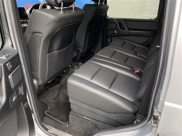 殆ど使われていなかった様子のリアシート。ファミリーユースの車両で良く見かける前席背面の汚れや傷も殆ど有りません。後部座席にも快適なシートヒーターの装備がございます。