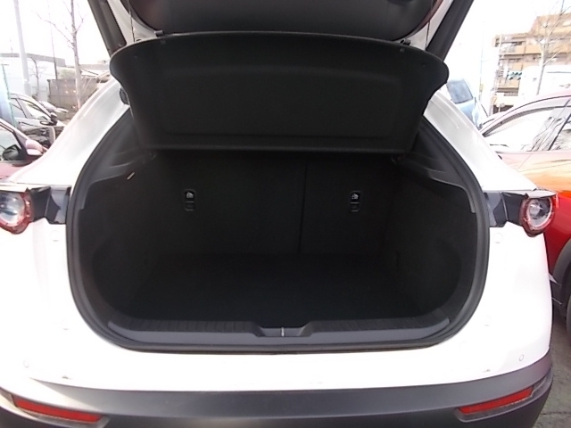 横幅と奥行きを確保したトランクスペース。後席シートには6:4分割の可倒式を採用。操作はもちろんワンタッチ。荷物の用途に合わせたシートアレンジが可能です!!