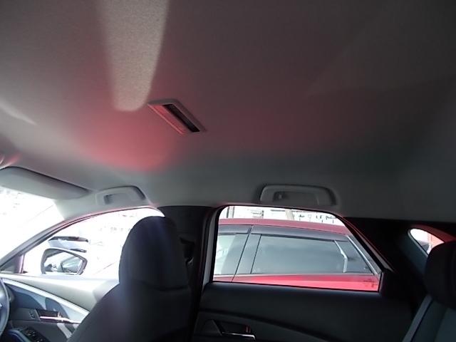 明るくて高めの天井で車内は広々です。