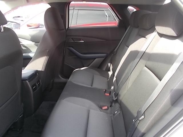 後席もコンディション良く、広々でゆったり、リラックスできます。後席の方にも快適なドライブを提供するゆとりの居住空間です。