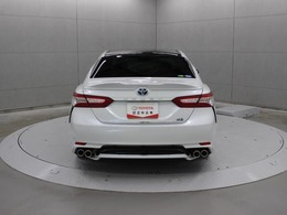 駐車場から後退する際に、左右後方から接近してくる車両をブラインドスポットモニターのレーダーにより検知。ドアミラー内のインジケーター点滅とブザーおよびナビ画面の表示によりドライバーに注意を喚起します。